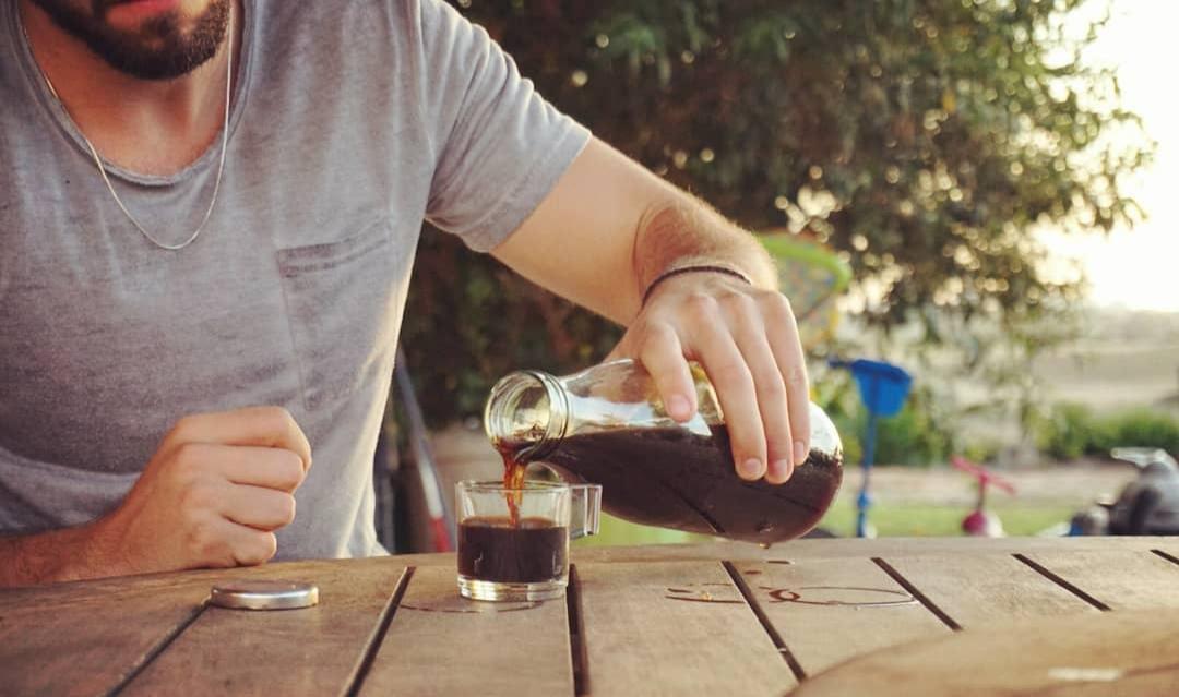 איש מוזג קפה קולד ברו