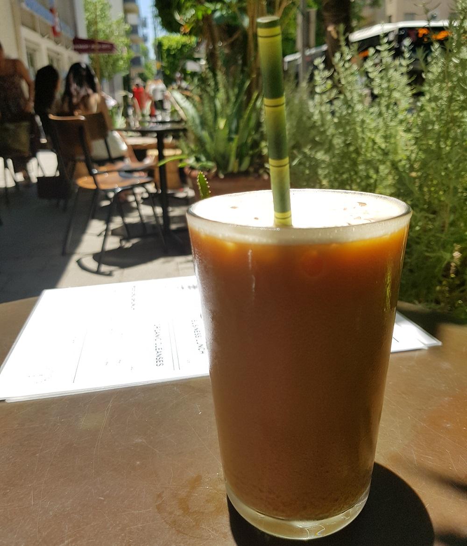 קפה קר עם חלב שקדים באורבן שאמן בתל אביב