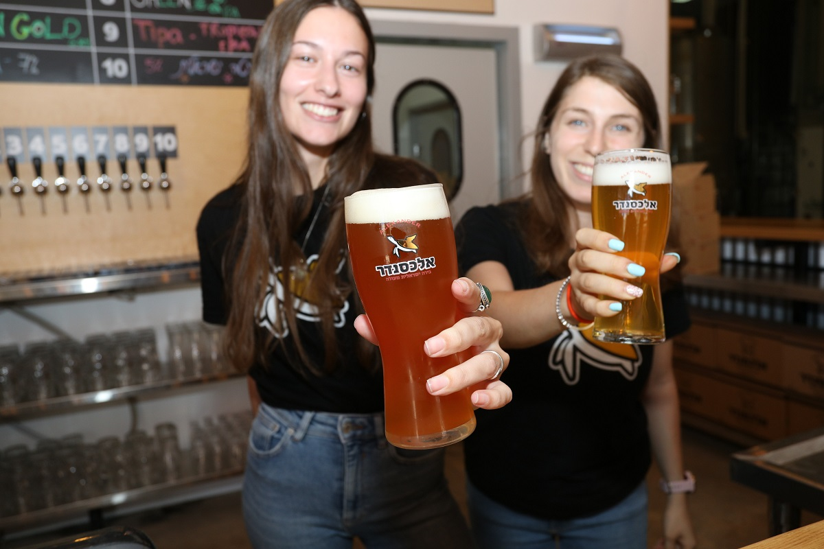 עושים לחיים עם כוסות בירה אלכסנדר. צילום: רפי דלויה