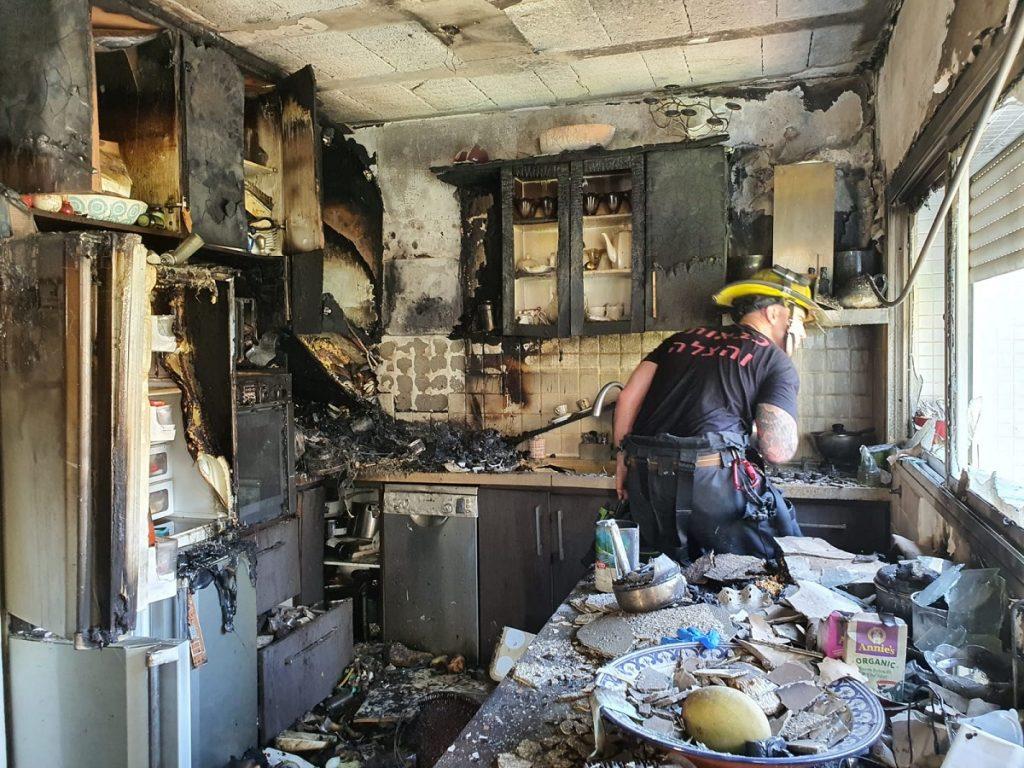 שריפה ברמת גן בעקבות קצר חשמלי במכונת אספרסו. צילום: יוסי אקלר, איחוד הצלה