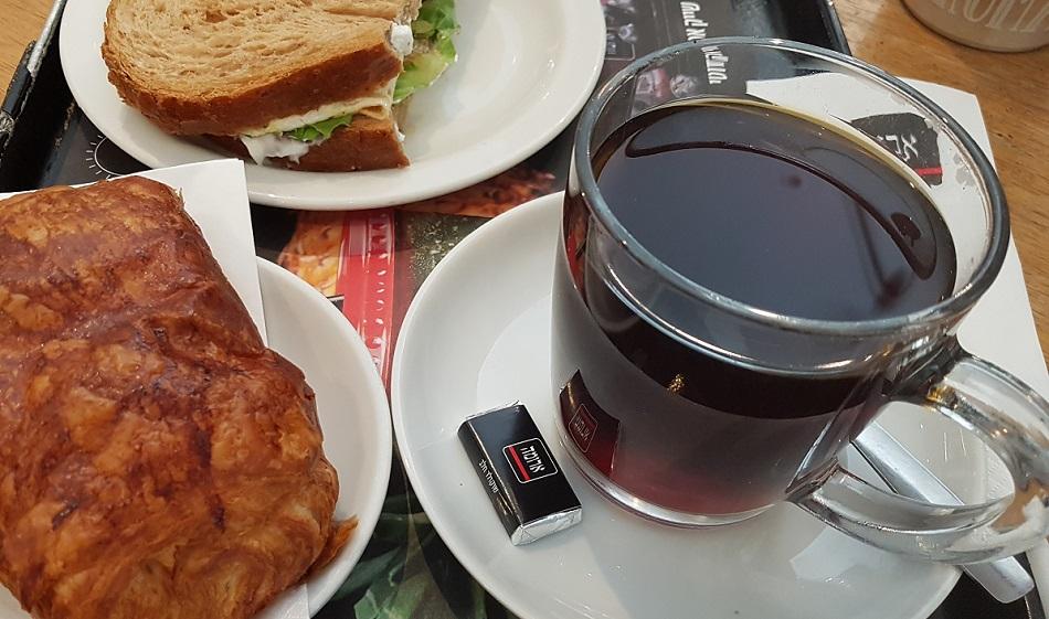 כוס קפה פילטר של הגל השלישי בארומה תל אביב