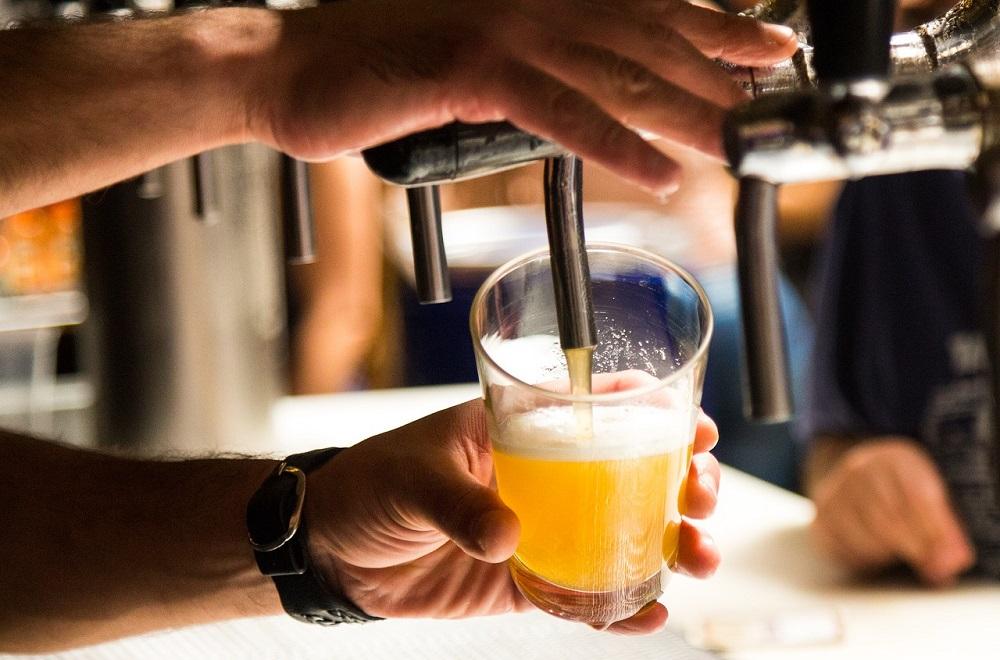 ברמן מוזג בירה מחבית