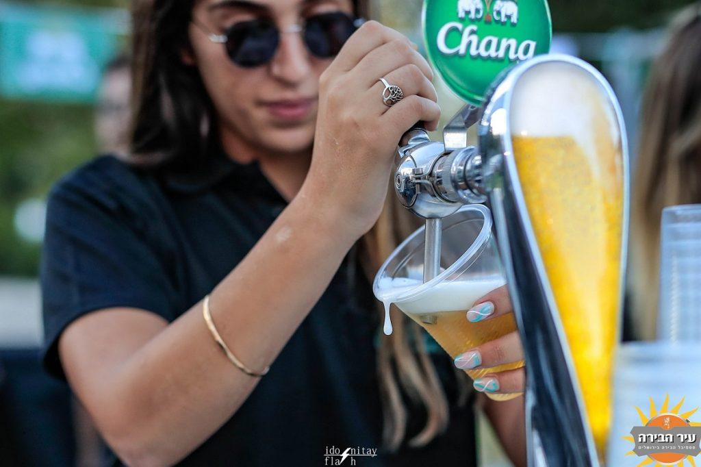 ברמנית מוזגת בירה מחבית לכוס. צילום: עידו ניתאי