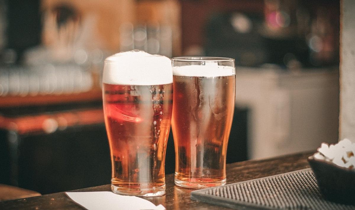 שתי כוסות בירה על הבר