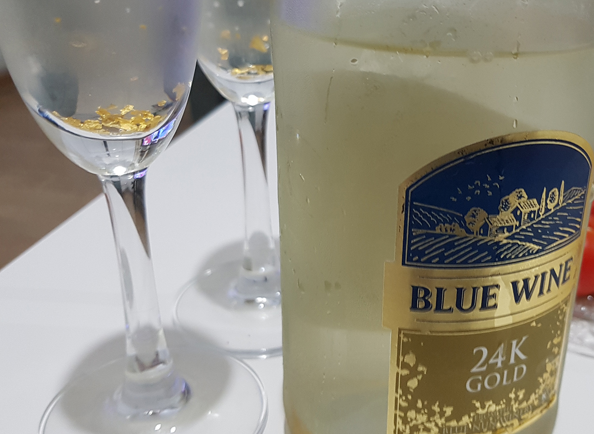 בקבוק blue wine 24K זהב עם כוסות