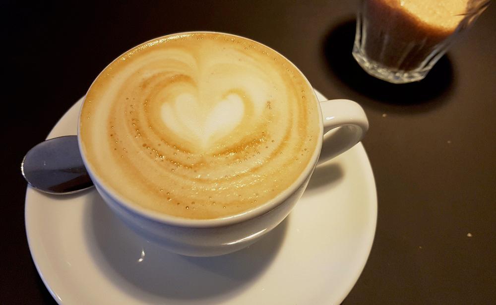 כוס קפוצ'ינו ב-Budapest espresso embassy