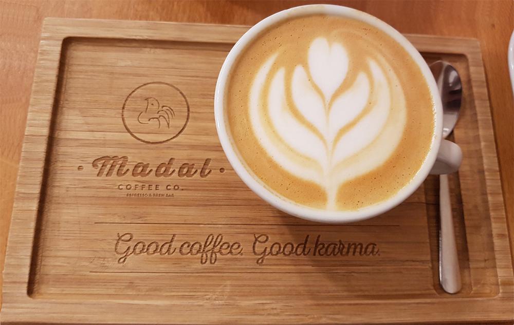 כוס קפה הפוך בסניף של Madal Cafe