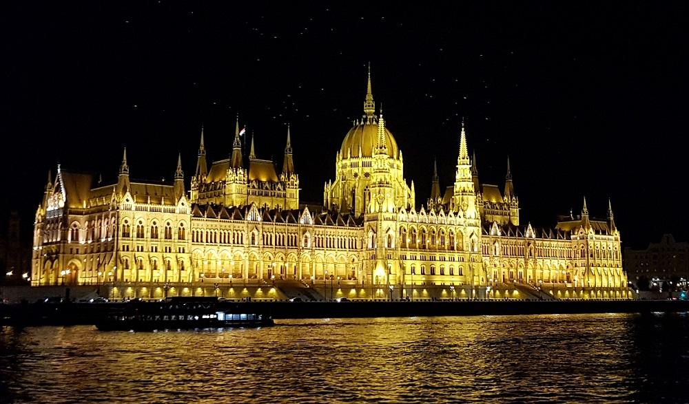 בניין הפרלמנט ההונגרי בבודפשט בלילה