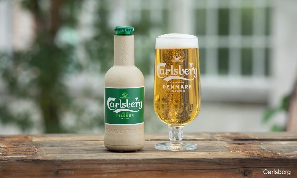 כוס בירה והבקבוק האקולוגי בפיתוח של קרלסברג. צילום: קרלסברג