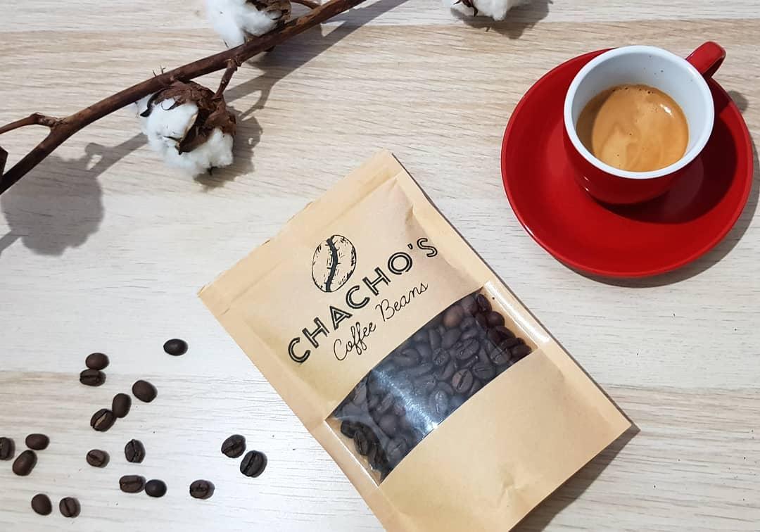 תערובת פולי קפה 'קולי' של צ'אצ'וס קפה וכוס אספרסו
