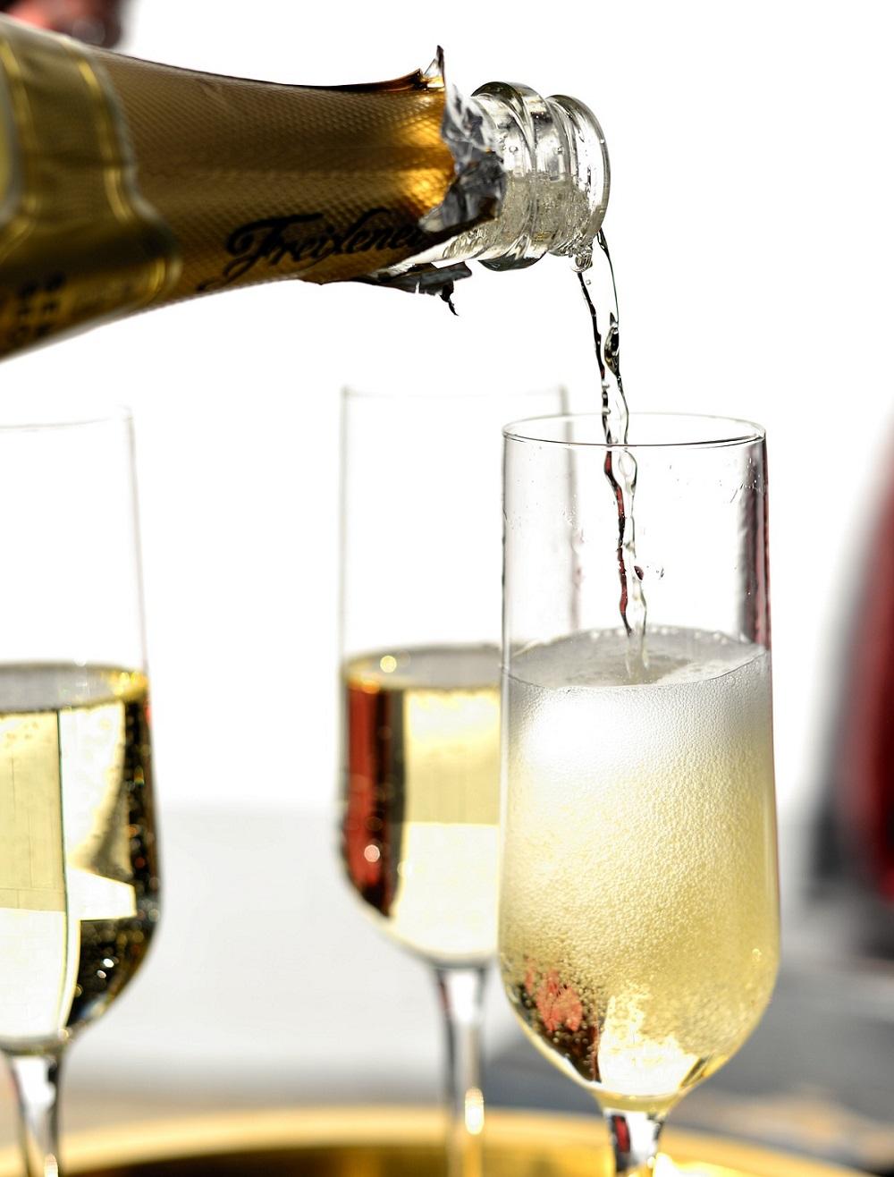 שמפנייה נמזגת לכוסות