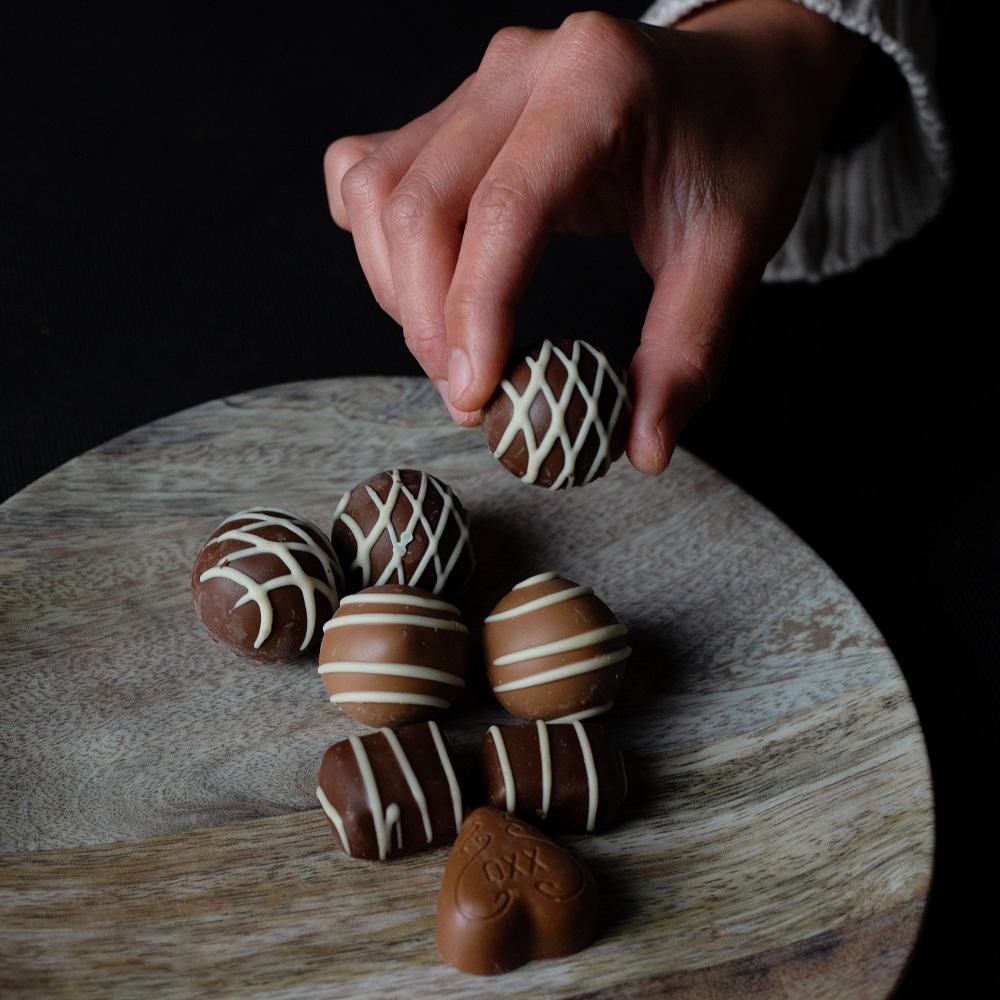 יד מרימה פרלין שוקולד מהשולחן