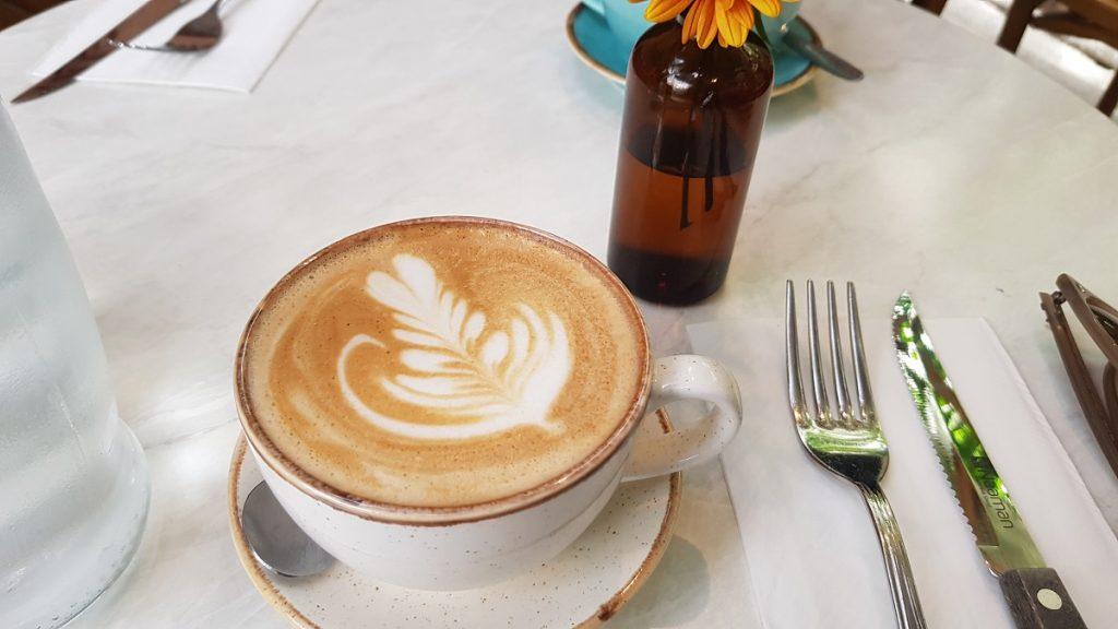 קפוצ'ינו בבית הקפה סיטיזן גרדן בתל אביב