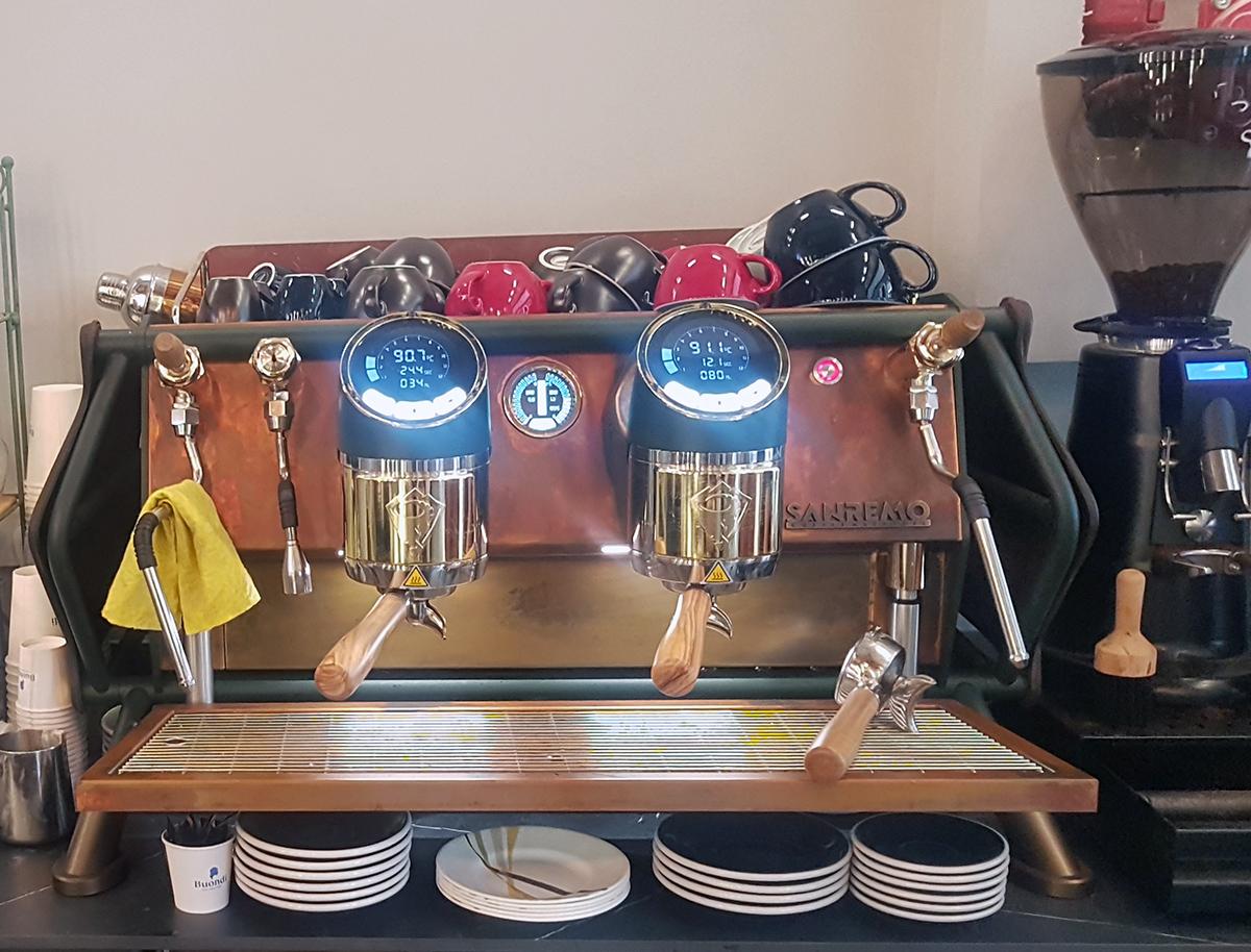 מכונת אספרסו של Sanremo בחנות Coffee Brands באבן גבירול. צילום: מגזין שותים