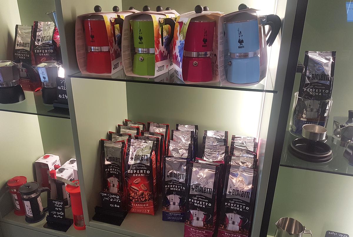 מקינטות וקפה של ביאלטי בחנות coffee brands בתל אביב. צילום: מגזין שותים
