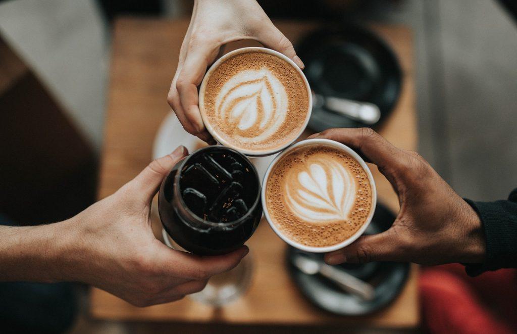 עושים לחיים עם כוסות קפה. צילום: Nathan Dumlao