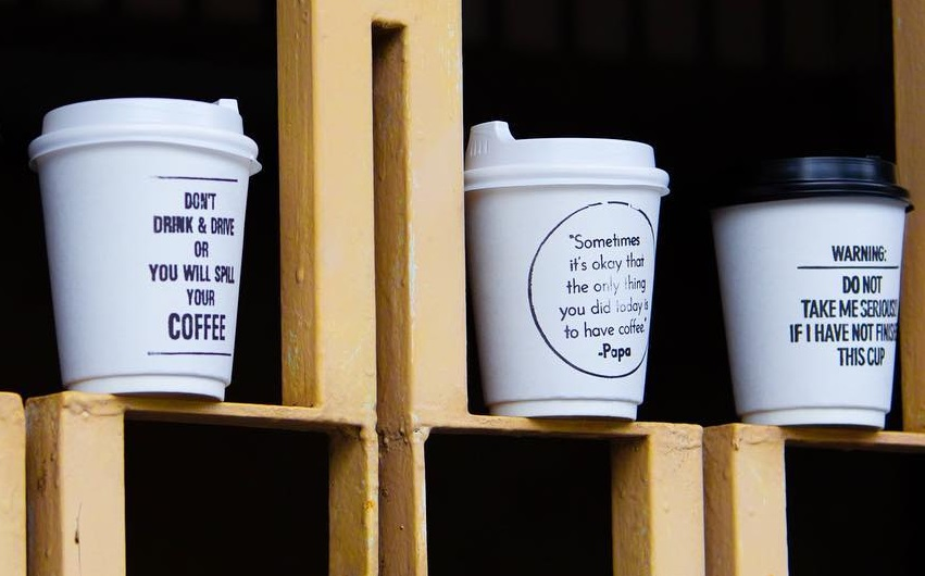 כוסות קפה חד פעמיות עם כיתובים של קפה PULP במלזיה