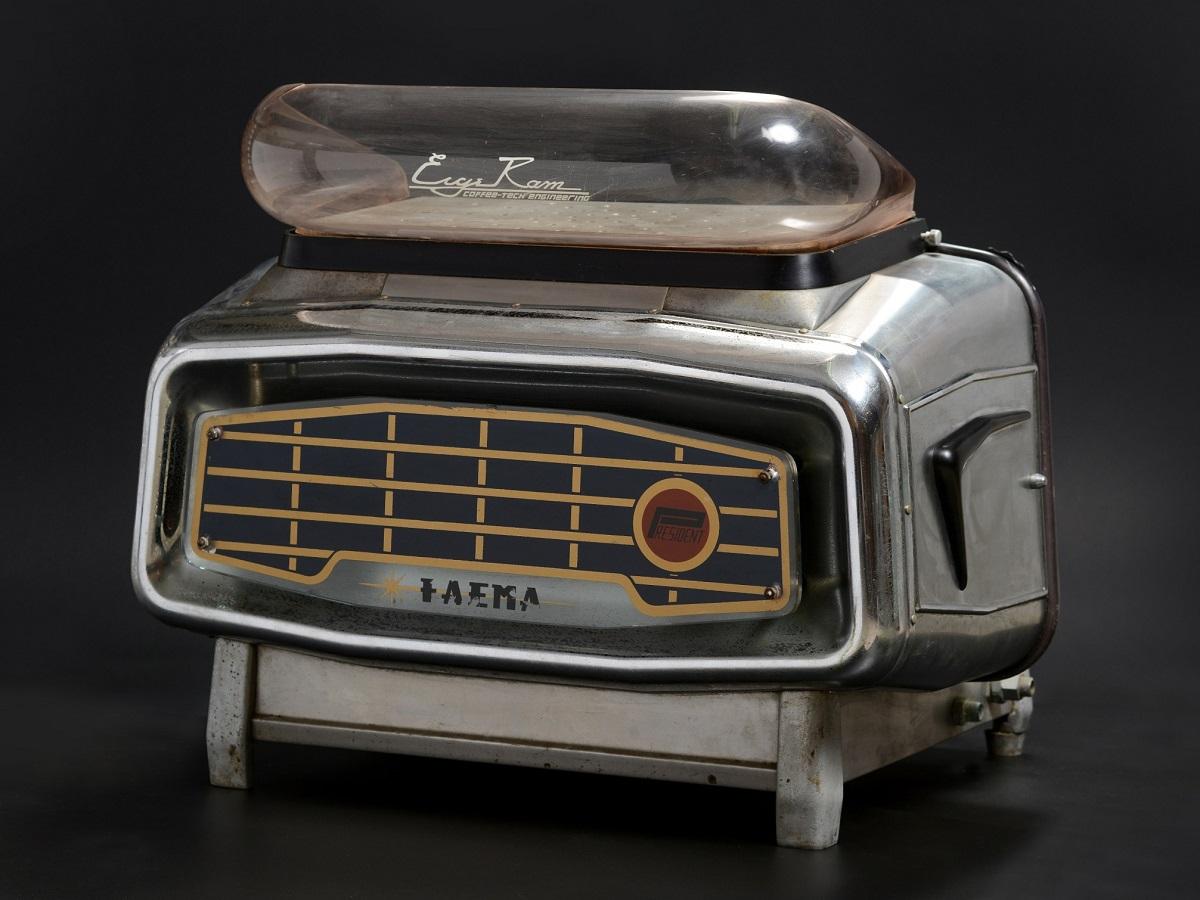 מכונת קפה Faema E61 משנת 1964, מתוך האוסף של איריס ורם איבגי. צילום: שי בן אפרים
