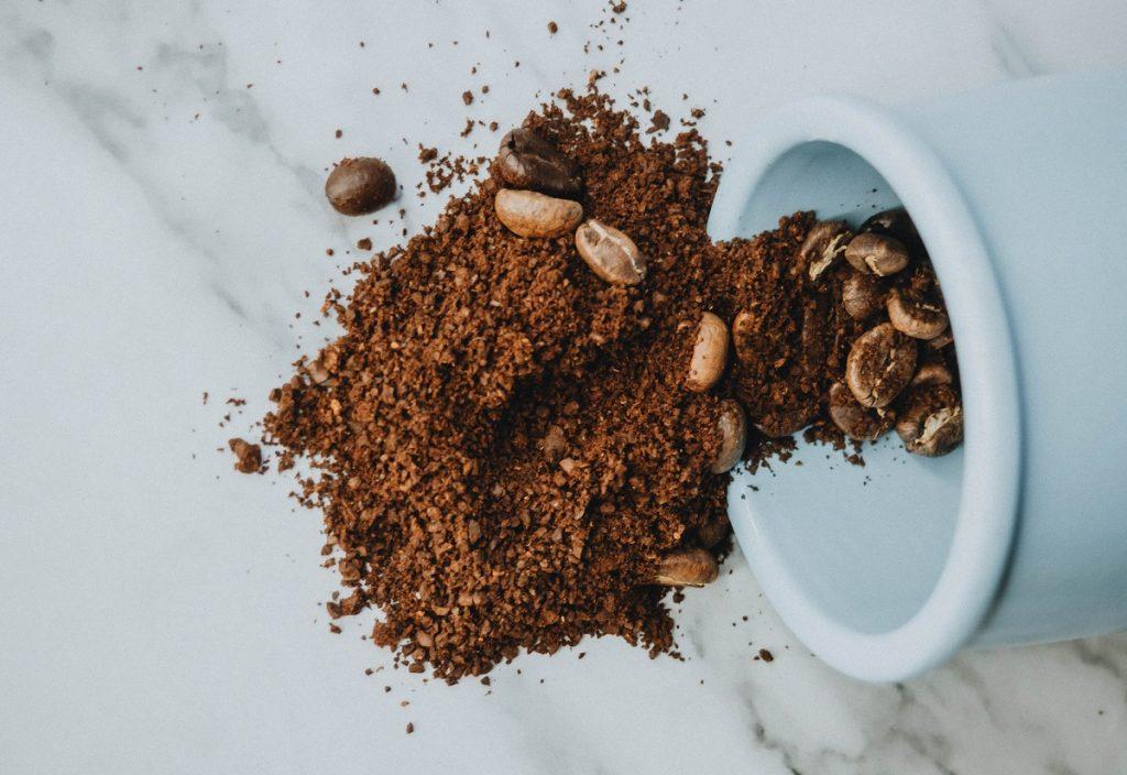 קפה טחון ופולים. צילום: Anastasia Zhenina