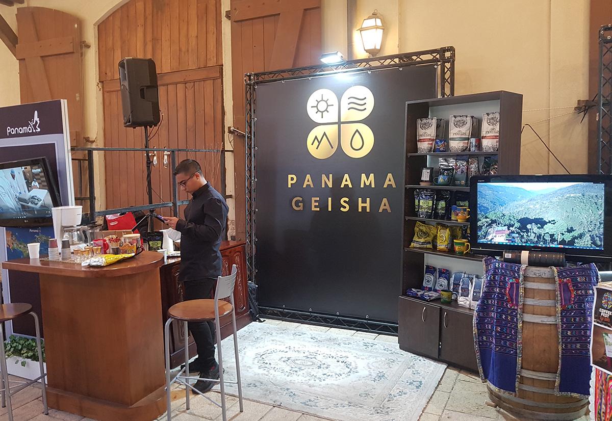 הדוכן של שגרירות פנמה שהציגה קפה גיישה בפסטיבל הקפה. צילום: מגזין שותים