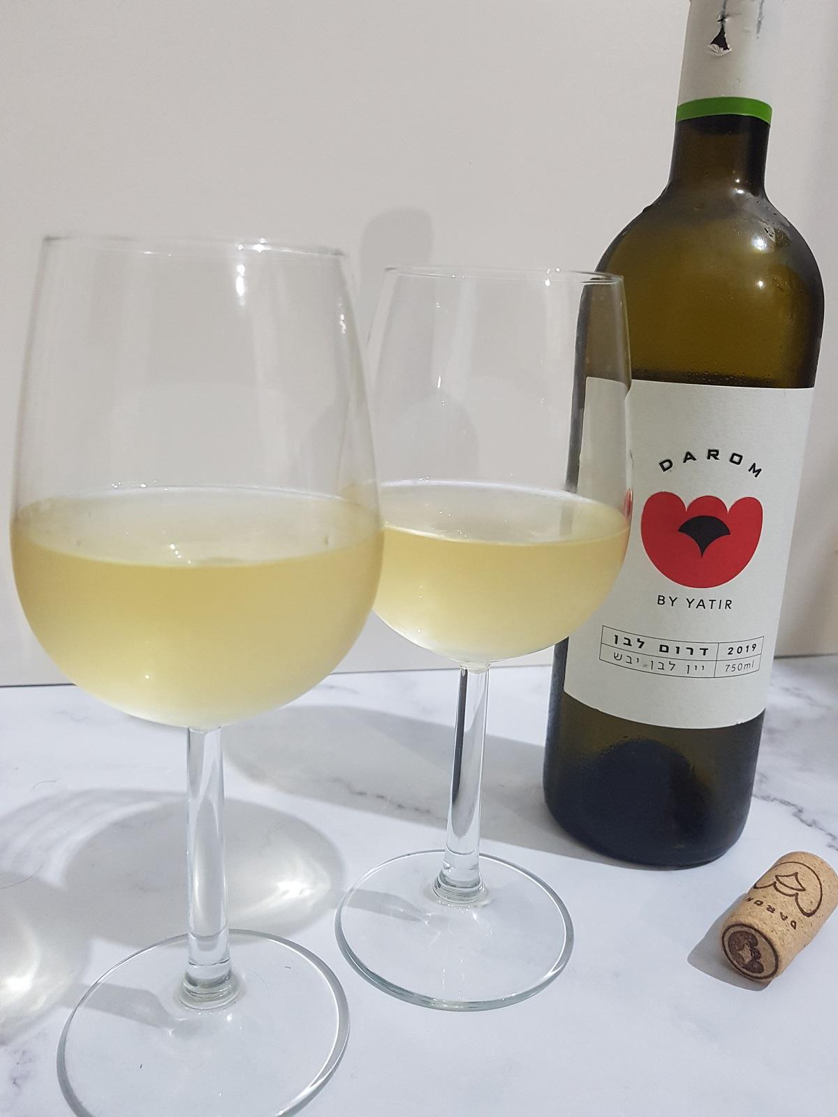 בקבוק יין דרום לבן של יקב יתיר. צילום: מגזין שותים