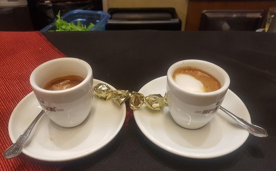קפה איטלקי: אספרסו ומקיאטו על הבר ברומא