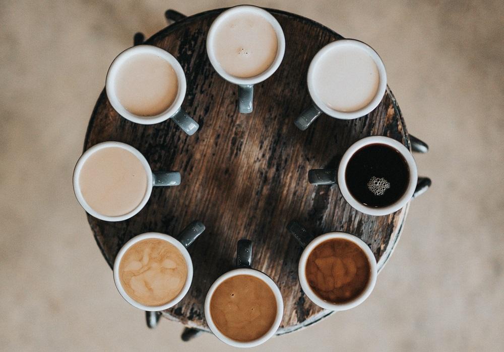 שמונה כוסות עם סוגי קפה שונים. צילום: Nathan Dumlao