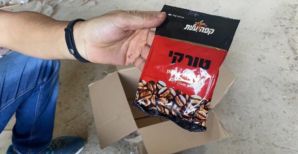 שקית מזויפת של קפה שחור עלית. צילום: דוברות המשטרה