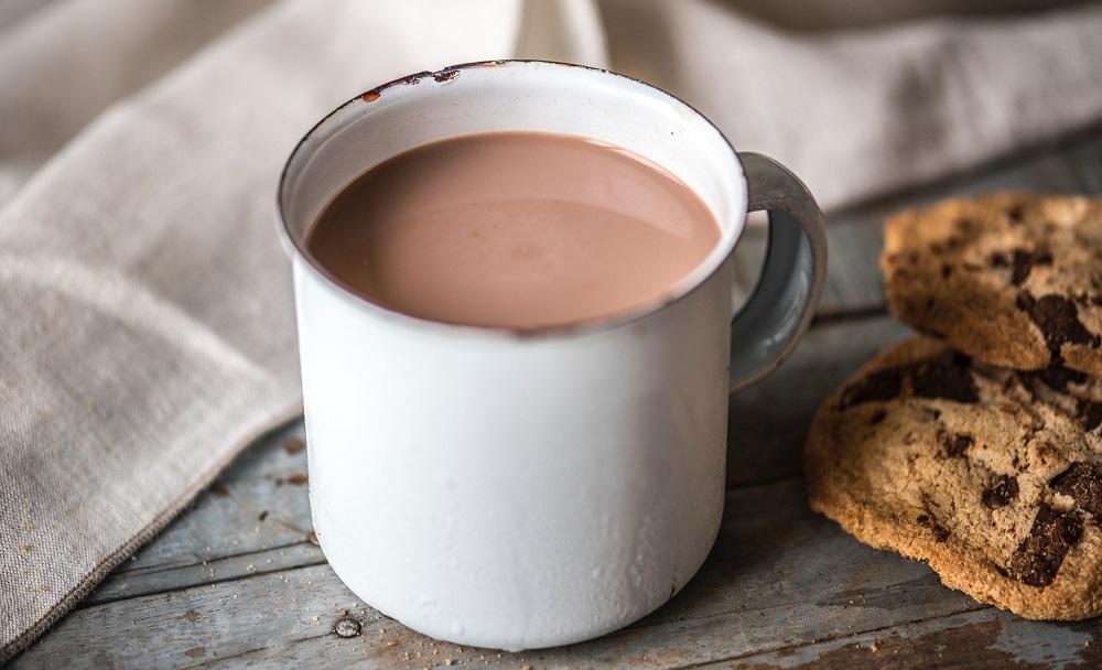 שוקו חם ועוגיות שוקולד צ'יפס