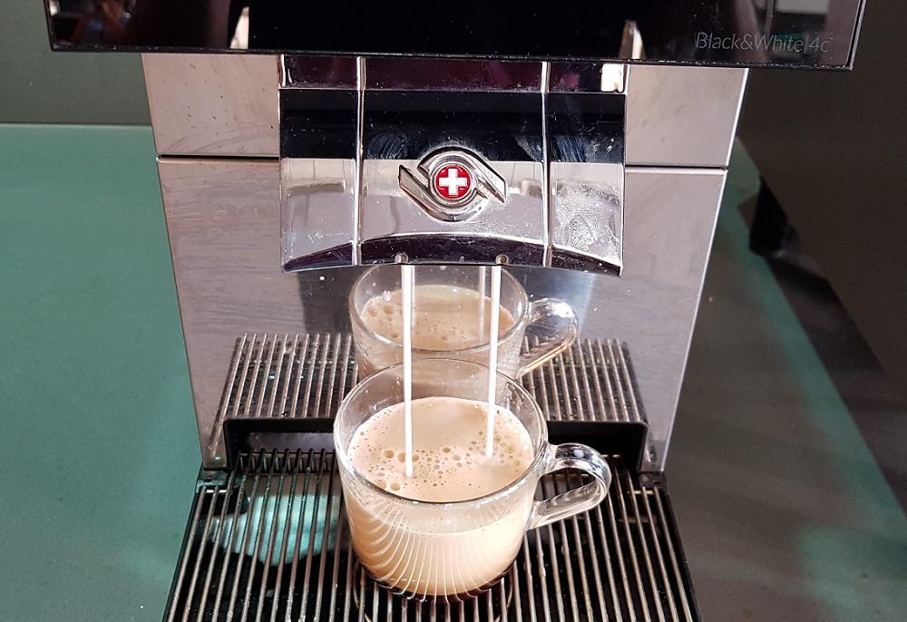 קפוצ'ינו יוצא ממכונת הקפה האוטומטית בבית הקפה של איקאה