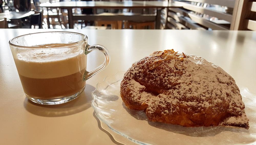 קפה ומאפה שקדים בסניף איקאה בנתניה
