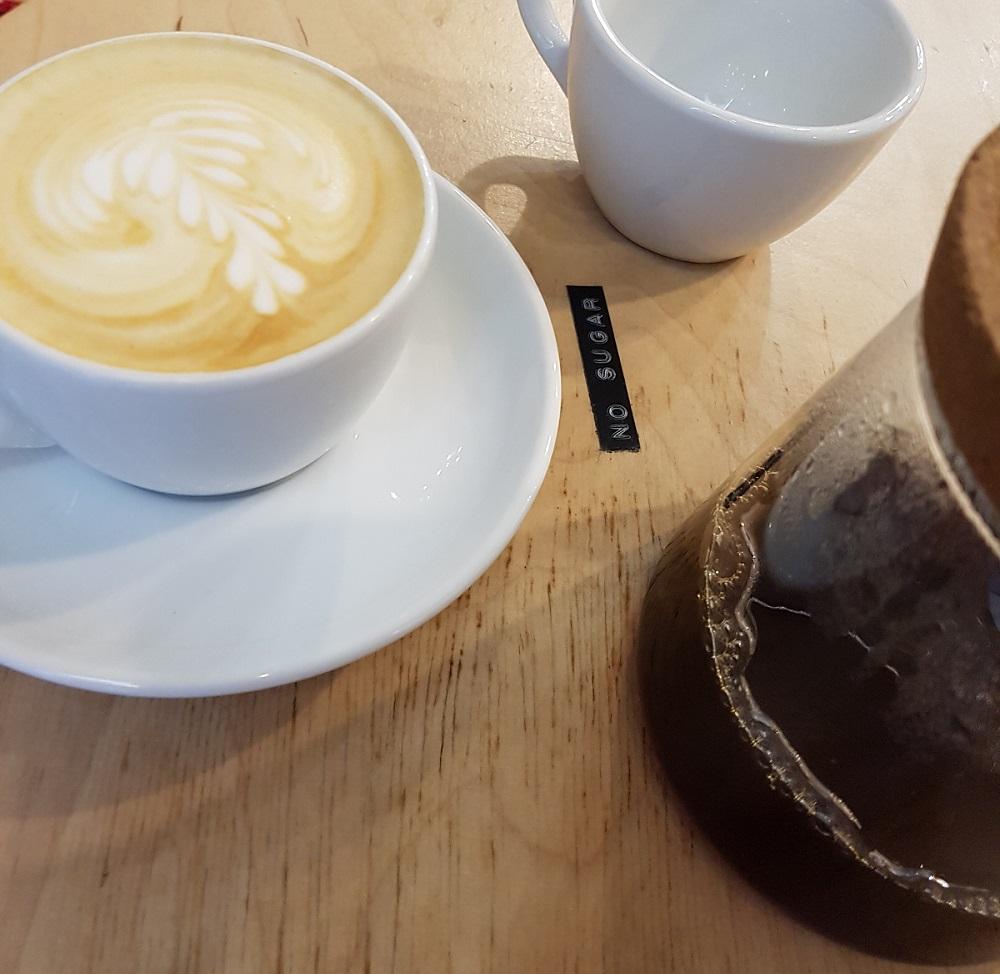 כוס קפוצ'ינו וקפה דריפ ב-Kontakt Coffee בבודפשט