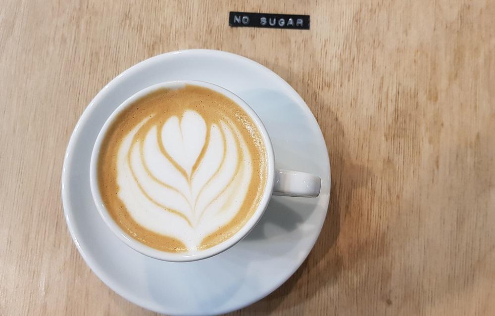 כוס קפוצ'ינו בלי סוכר בבית קפה Kontakt בבודפשט