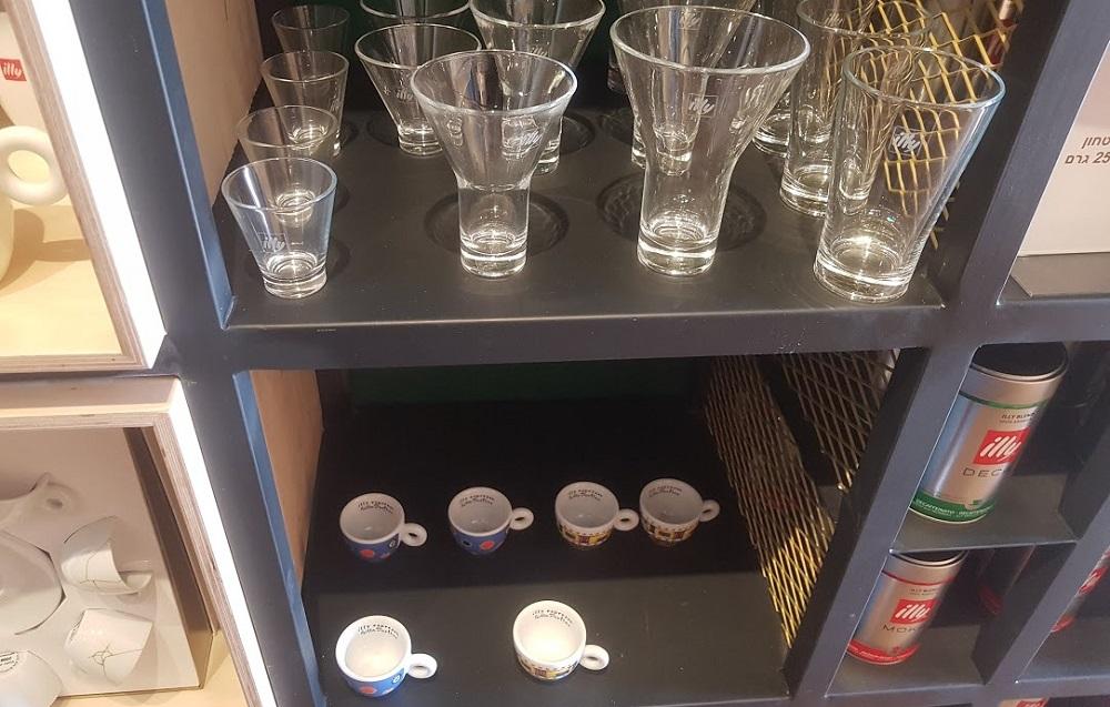 כוסות ופולי קפה של illy בחנות המפעל של לנדוור