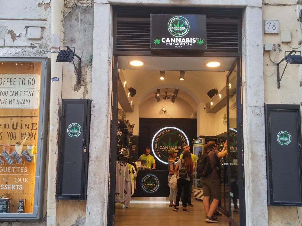 חנות קנאביס ברחוב Via del Corso ברומא. צילום: שותים