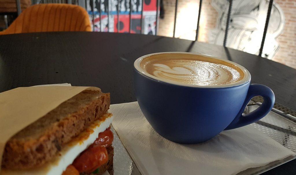 כוס קפוצ'ינו וסנדוויץ' גבינה ב-Lo Fi Roastery בתל אביב