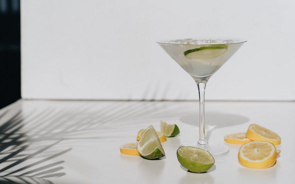 כוס מרטיני עם קוקטייל עם ליים ולימון