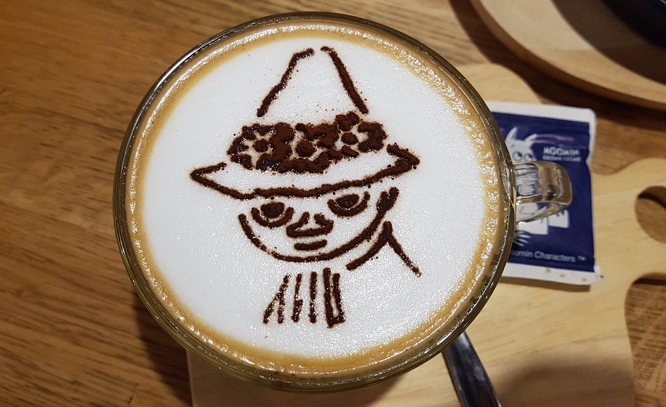 קפוצ'ינו עם ציור של סנופקין בקפה מומין בבנגקוק