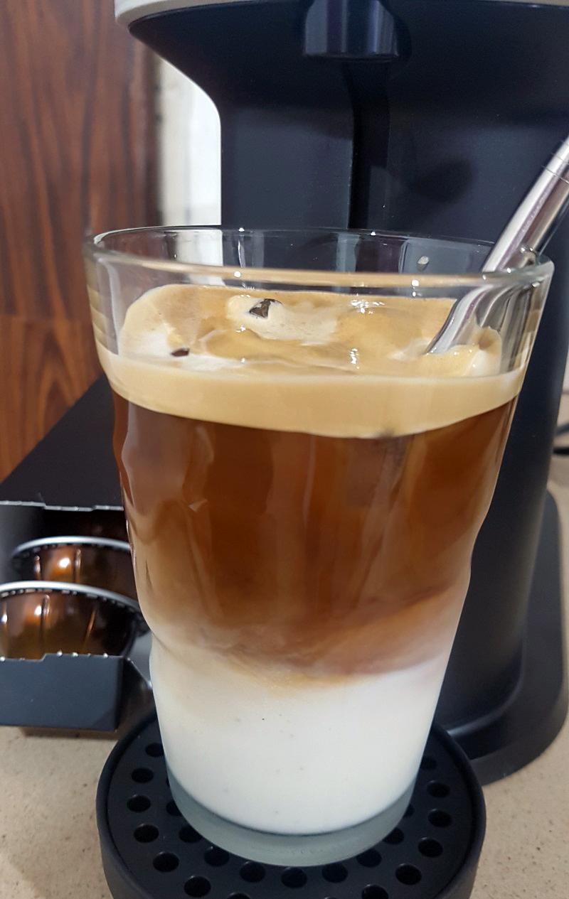 קפה קר עם חלב במכונת ורטו נקסט. צילום: מגזין שותים