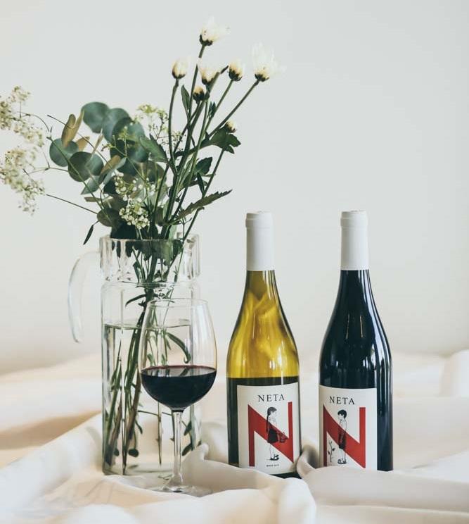"יין לבן ויין אדום של יקב נטע. צילום: יח""צ"