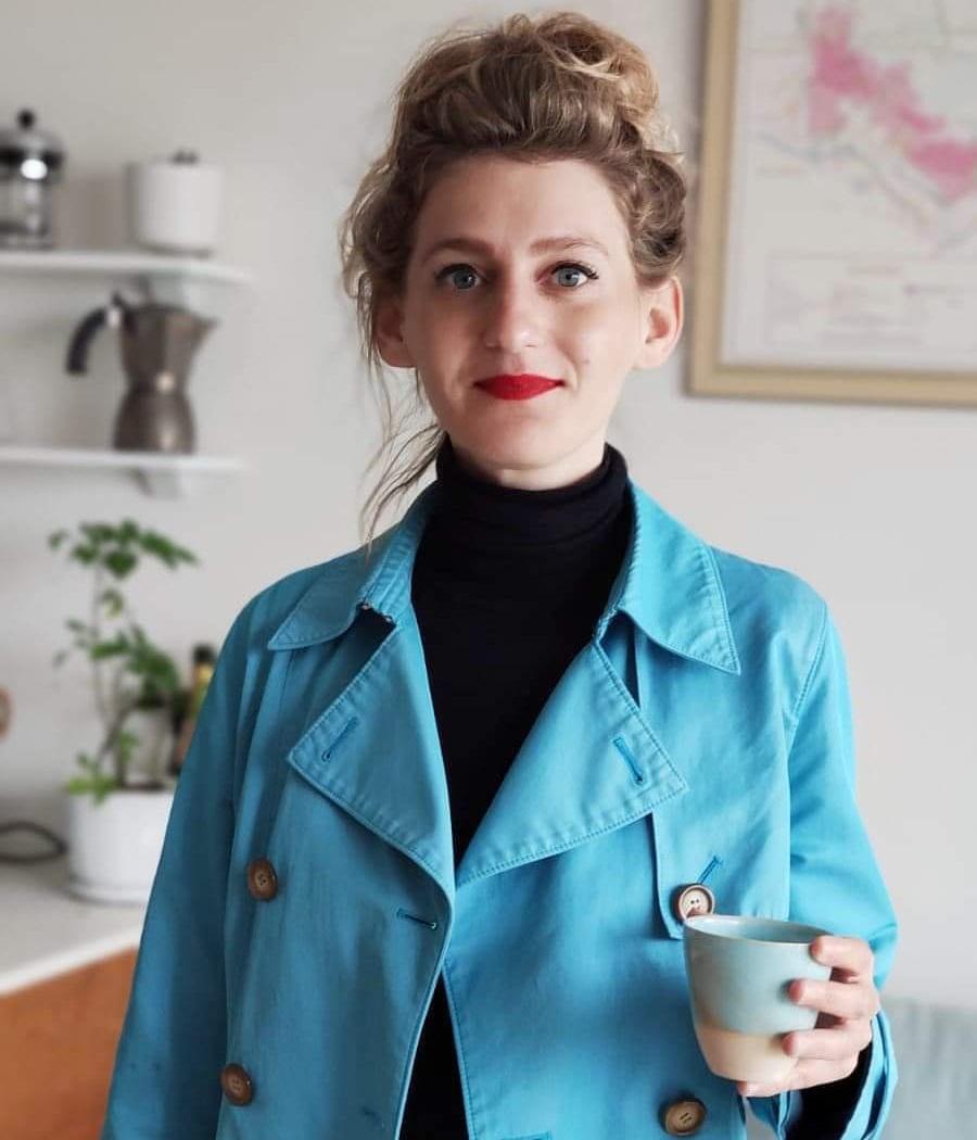 נועה ברגר עם כוס קפה. צילום: שירה צידון