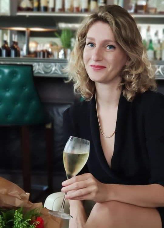 נועה ברגר עם כוס יין. צילום: שירה צידון