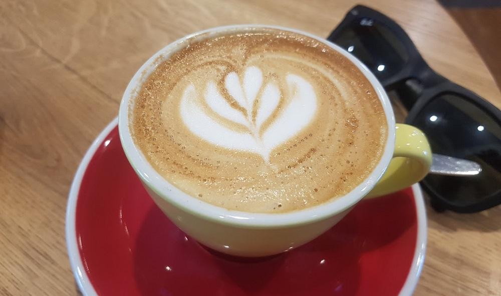 קפוצ'ינו בקפה אוריגם. צילום: שותים