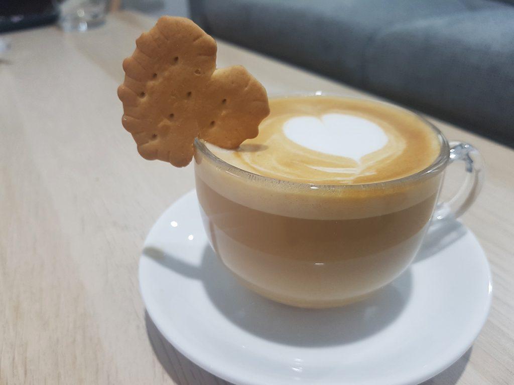 כוס קפוצ'ינו עם עוגייה בצורת לב. צילום: מגזין שותים