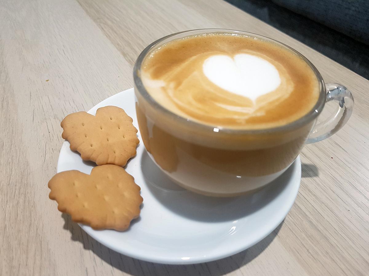 קפה עם עוגיות ביסקוויטים פתי בר לב. צילום: מגזין שותים