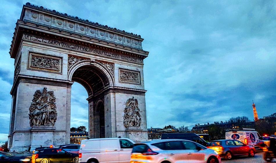 שער הניצחון ומגדל אייפל בפריז
