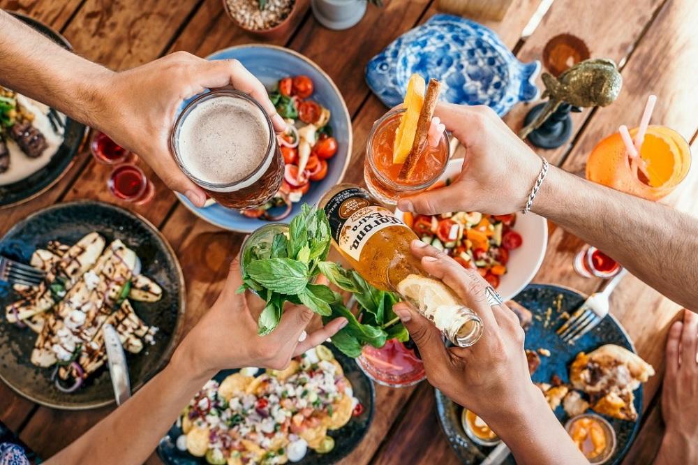 שולחן עם אוכל ושתייה בפור דו סול בכיכר אתרים