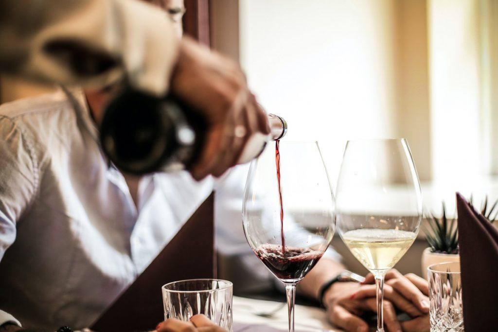 מוזגים יין בשולחן. צילום: Andrea Piacquadio