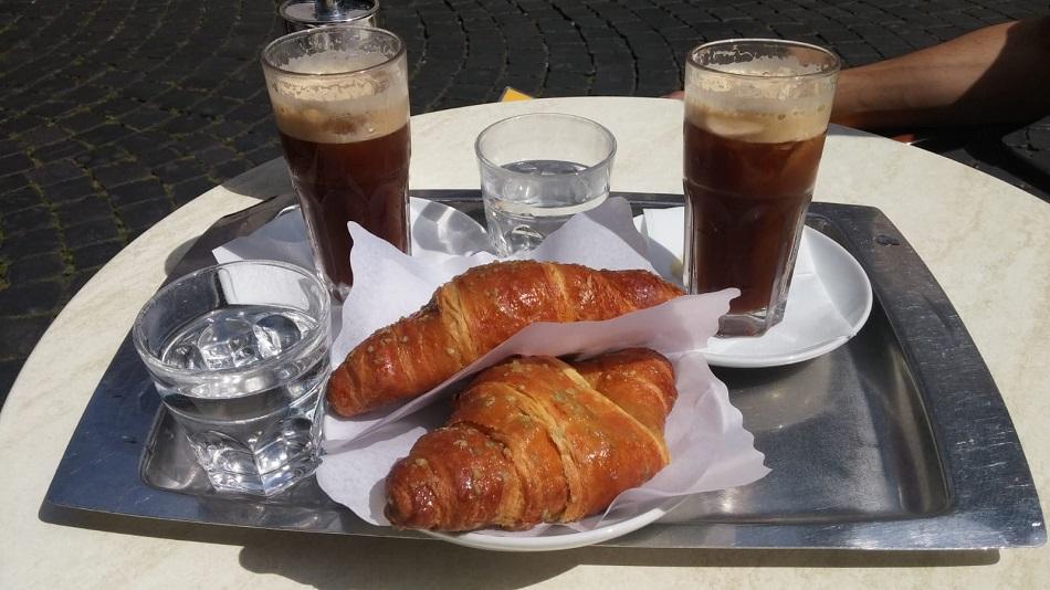קורנטו פיסטוק חלומי וקפה שקרטו קר | צילום: מגזין שותים