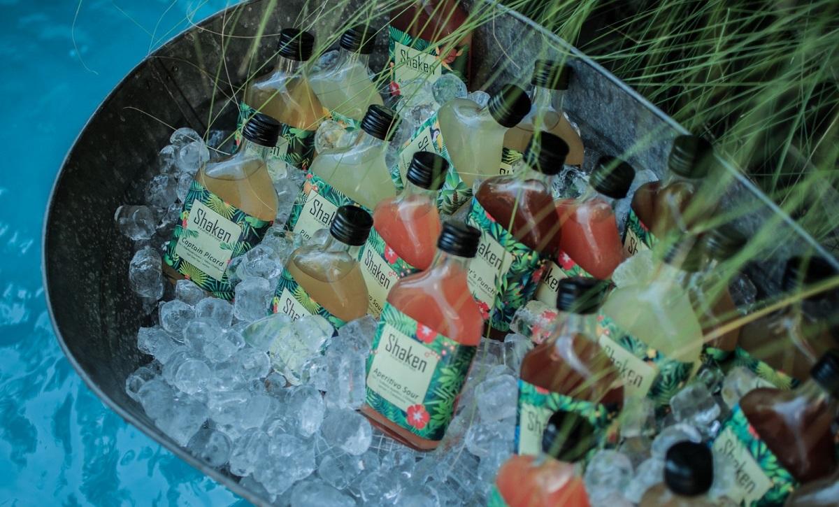 קוקטיילים מבוקבקים צבעוניים בשמפניירה עם קרח
